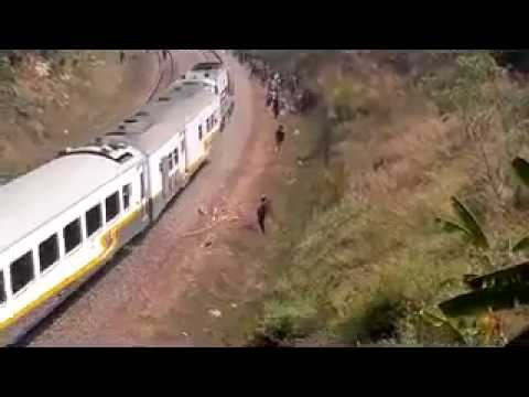 Detik detik korban tawuran terlindas kereta fly