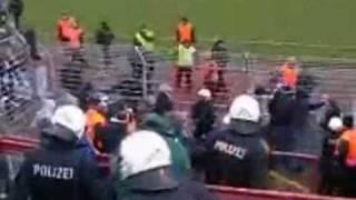 Hier stößt ein Ordner einen Fußballfan vier Meter in die Tiefe   Spektakuläres Leser Reporter Video   Bild de