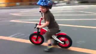 Беговел JDBug TC 04, видео мальчик на беговеле(Беговел JDBug TC 04 - отличный беговел для детей от 3-5 лет Закажите в интернет-магазине http://www.hubster.ru/catalog/begovely-jdbug.php..., 2014-04-22T09:43:55.000Z)