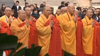 Monks hold religious service for world peace during Nanjing Massacre memorial day
