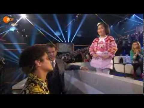 """BRUNO MARS """"Locked Out Of Heaven"""" WETTEN DASS...- LINA MAI SINGT """"Just The Way You Are"""""""