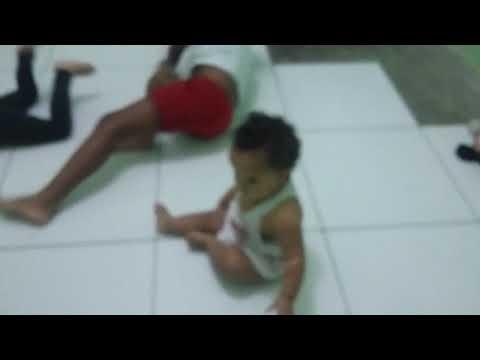Bebê alice dançando aroxa