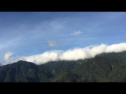 Mây trên đỉnh núi Panxipang Hoàng Liên Sơn vào buổi sáng.