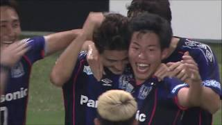 右サイドでボールを持った米倉 恒貴(G大阪)のクロスが相手GKの頭上を...