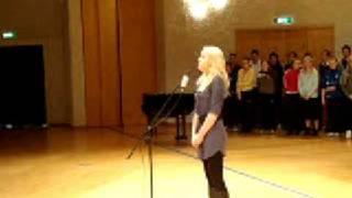 Magdalena Hettinger framför Finska nationalsången