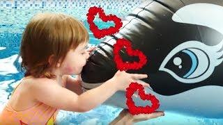 Baby Shark Песня - Привет, Бьянка, Маша Капуки и Адриан в бассейне