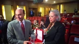الشيخة حصة الصباح تهدى درع سيدات الاعمال العرب للفريق مميش