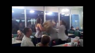 Dos mujeres insultan a una mexicana en restaurante de EU… y se llevan una golpiza