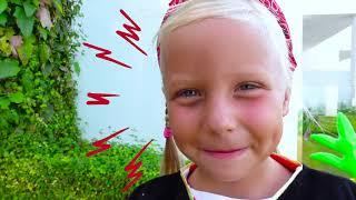Alicia juega con Pirat y busca billones con Juguetes