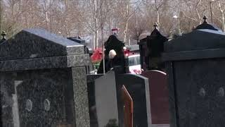 Jelena Karleuša u suzama nepomično posmatrala grob majke Divne 27.03.2019.