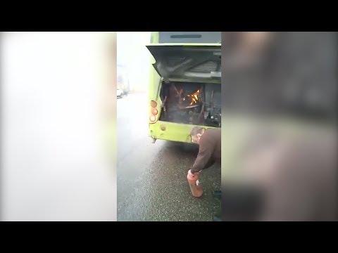В Волгограде посреди улицы загорелся пассажирский автобус
