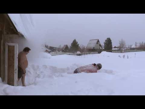 Русская баня. Смешное купание в снегу.
