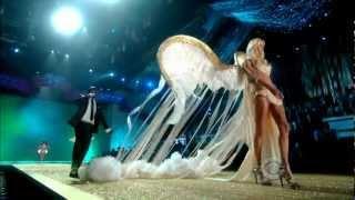 Akon-Angel Victoria Secret's Fashion Show 2010(Akon deslumbrando en la pasarela de nada mas y nada menos de donde solo caminan los Angeles.. Si..si...las Angels de la empresa mas millonaria e ..., 2012-11-17T23:10:14.000Z)