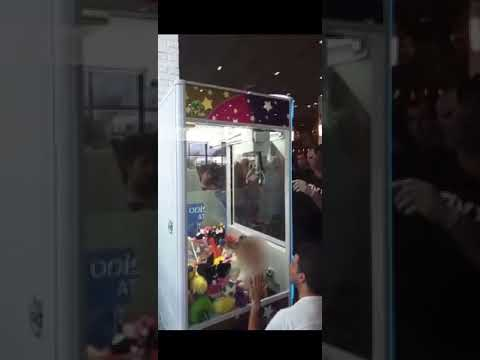 אירוע חריג: ילד נתקע בתוך מכונת בובות במסעדה