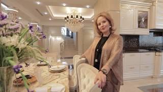 Обзор интерьера частного дома. Роскошная гостиная, столовая,  холл.