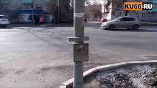 Зачем сделали дорожку слева, если светофор находится справа?