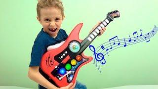 ГИТАРА для Детей - Даник играет на гитаре - МУЗЫКАЛЬНЫЕ ИГРУШКИ