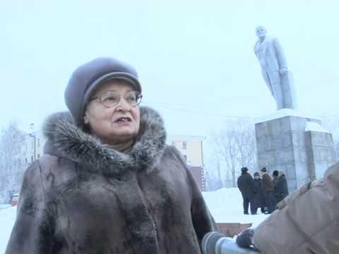 Коммунисты Ревды у памятника Ленину