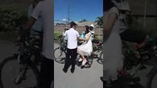 Ավտոշարասյան փոխարեն զարդարված հեծանիվներ  հայ տղան հարսի տուն է գնացել հեծանիվով