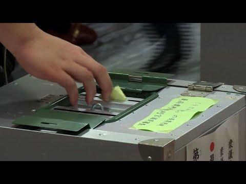 Les japonais bravent la pluie pour aller voter (2)