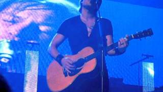 "Keith Urban Live in Melbourne singing ""Flame Trees"" by Cold Chisel 9-4-2011"