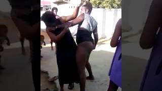 Nale me girakar Girls cat fight(girl cat fight in Drainage.
