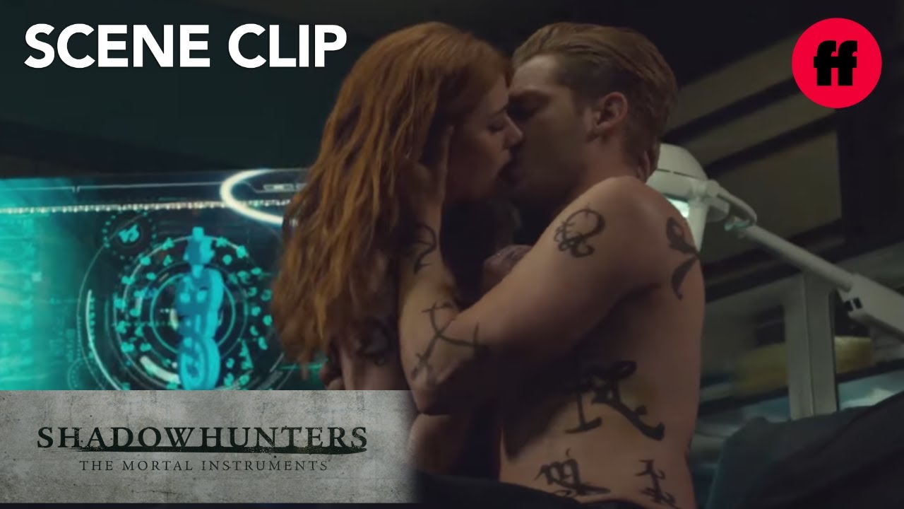 Sleep Angel Kussen.Shadowhunters Season 2 Episode 19 Jace Pulls Clary In For A Kiss