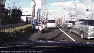 Repeat youtube video 白バイをギリギリで追い越して注意されちゃった高齢ドライバー