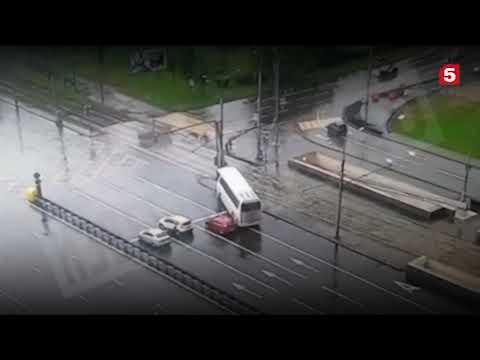 ДТП автобус с китайскими туристами врезался в столб в Москве реальная съемка момента