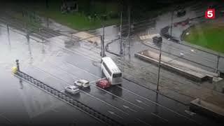 Смотреть видео ДТП автобус с китайскими туристами врезался в столб в Москве реальная съемка момента онлайн
