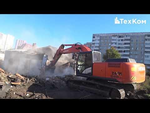 Экскаватор Hitachi Zaxis 240 LC сносит дома в Барнауле