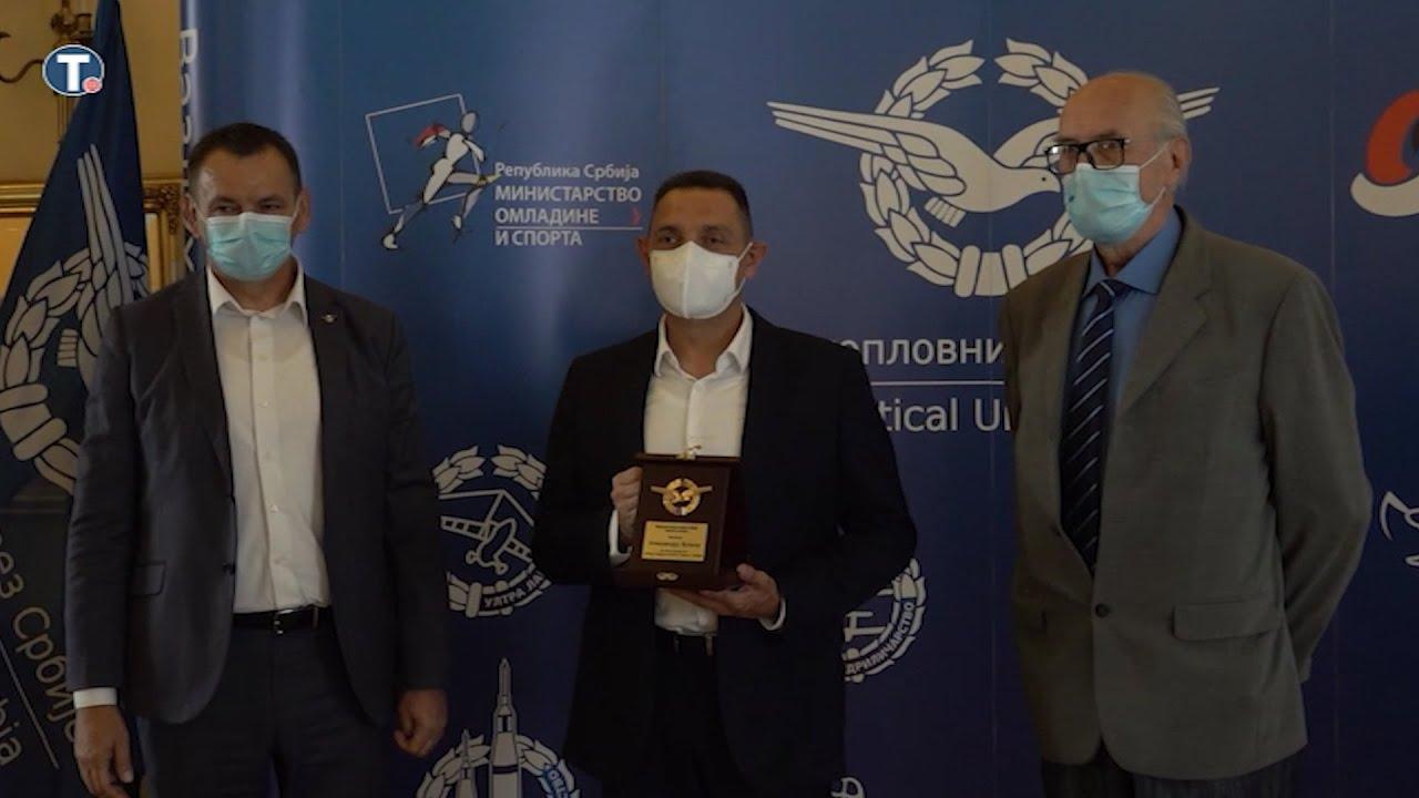Leteći Vulin: Dobio plaketu za razvoj vazduhoplovnog sporta