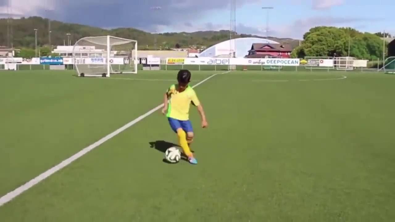 Panduan Dasar Melatih Menggiring Bola Sejak Dini