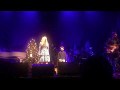 Jewel Kilcher brings son on stage