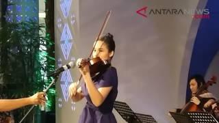 ANTARANEWS - Chelsea Islan memainkan biola