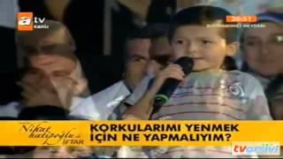 Nihat Hatipoğlu'na soru soran küçük Halil izleyenleri kahkahaya boğdu.