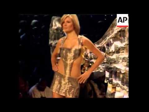 UPDATE World's top models tread the catwalk for Victoria's Secret