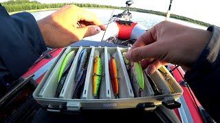 Рыбалка на щуку и окуня в жару Спиннинг с лодки на озере