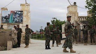 Talibãs vitimam mais de 150 militares em ataque contra base afegã