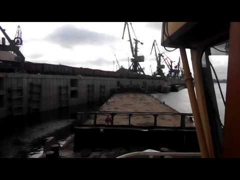 видео: Погрузка баржи. Речпорт Томск.