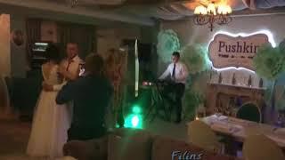 А в ресторане свадьба. Поет Павел Лясковский.