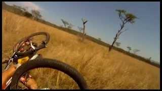 Un cycliste se fait attaquer en Afrique!