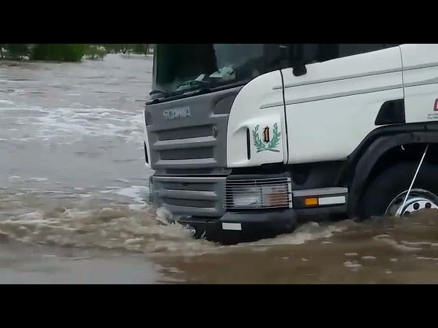 Camioneros con el agua hasta la rodilla