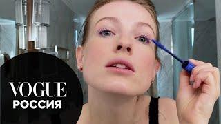 Софья Эрнст показывает свой уход и макияж с синими ресницами Vogue Россия