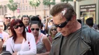 阿諾對粉絲惡作劇 在好萊塢上街 扮裝成蠟像 宣傳魔鬼終結者( Arnold Pranks Fans as the Terminator...for Charity)(CC中文字幕)