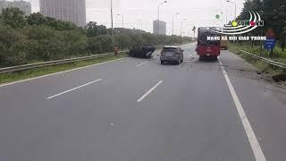 Ôtô 4 chỗ đâm giải phân cách , lật ngửa giữa đường
