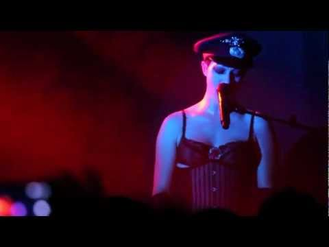 """Amanda Palmer performs """"Coin-Operated Boy"""" by crowd request: Abart"""