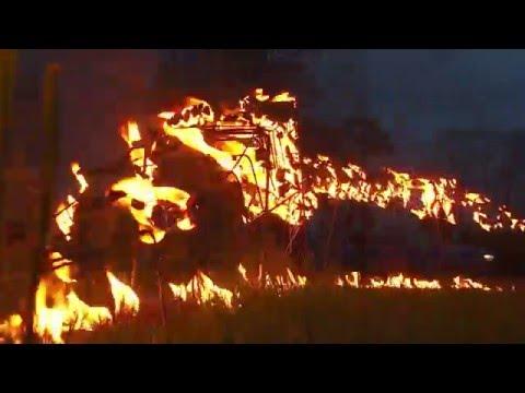 Rēzeknē mākslinieki veido uguns skulptūru