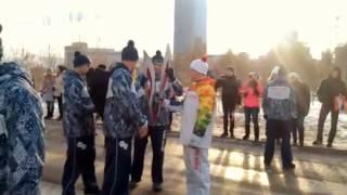 В Красноярске погас Олимпийский факел(Видео снимала студентка меда. Я у нее это видео скачал с телефона. Вот так город, где сделали факелы, также..., 2013-11-26T11:44:03.000Z)