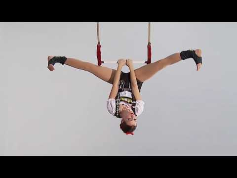 Static trapeze act -
